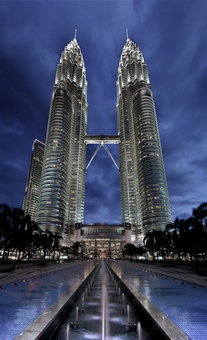 See Before you Die, best design events, buckingham palace, burj khalifa, city guide, colosseum, empire state building iconic buildings The 20 Most Famous and Iconic Buildings You Have to See Before you Die 20 most famous and iconic buildings to see before you die 02 petronas towers kuala lumpur